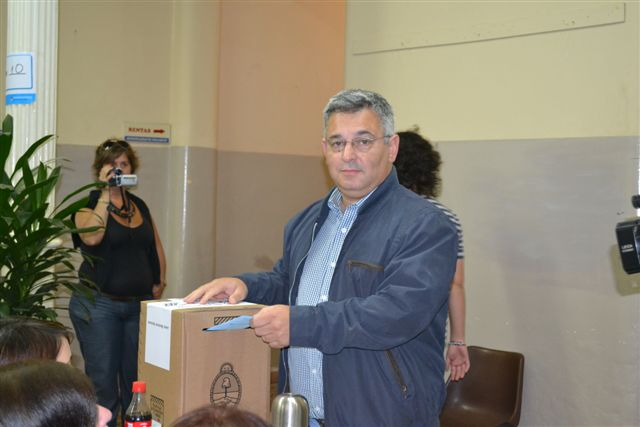 23/10/11- Obtiene hasta el momento un amplio porcentaje de votos, por lo que se puede apreciar en las distintas mesas del Partido de Chacabuco.