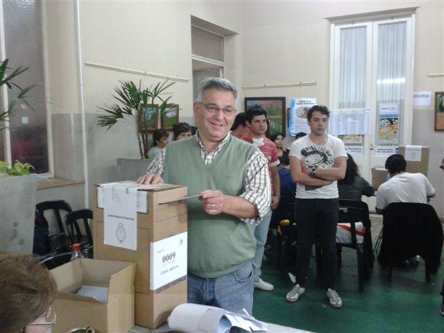 Barrientos voto en la municipalidad acompañado por sus hijos.