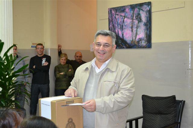 El candidato a intendente del Partido Justicialista – Frente para la Victoria Mauricio Barrientos votando en una de las mesas habilitadas en la Municipalidad de Chacabuco.