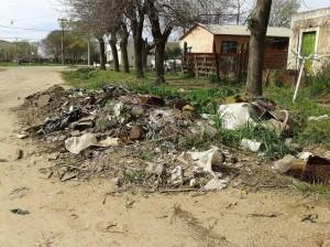 Basura acumulada en una de las arterias del barrio La Amistad de Chacabuco.