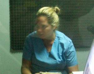 La Dra. Evangelina Bertachini en los estudios de la Radio de Rawson.