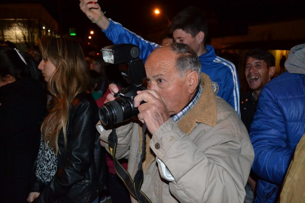 """21/9/15- Hoy se celebra el día del fotógrafo, ya que en 1839, fue realizado el primer daguerrotipo en América Latina, invento precursor de la fotografía moderna. Con casi 50 años en la profesión en Rawson, Alberto """"Beto"""" Verde –foto-, sigue desarrollando su actividad en los eventos sociales de la localidad y en la zona."""