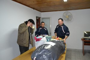 Bomberos Voluntarios acomodando y seleccionando las primeras donaciones recibidas.