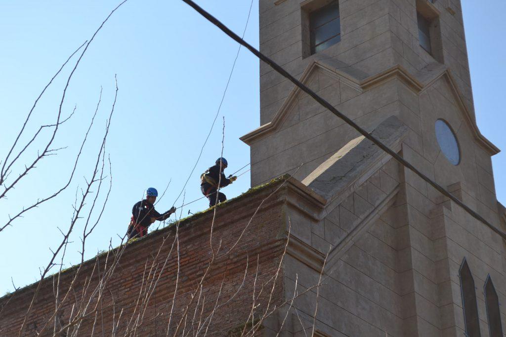 Bomberos Voluntarios sobre el teho de la Iglesia de Rawson