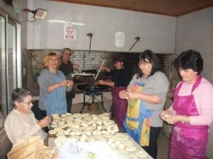 Integrantes de C. D. de Bomberos Voluntarios elaborando tortas fritas.