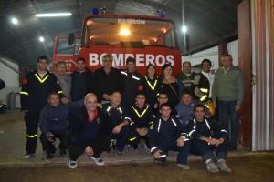 Parte del Cuerpo Activo y Bomberos Retirados, al recibir la nueva unidad de rescate.