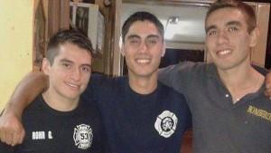 Equipo. En el centro, Víctor Orellana entre dos amigos bomberos. / Facebook.