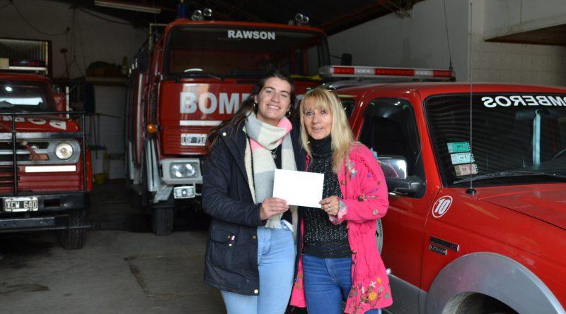 Florencia Papini entrega el premio a Mónica del Castillo