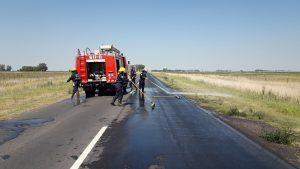 Personal de Bomberos Voluntarios de Rawson en el lugar de la pérdida de líquido hidráulico.