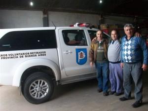 Los bomberos Claudio Martínez y Daniel Stella junto al Presidente de la Asociación de Bomberos de Rawson.