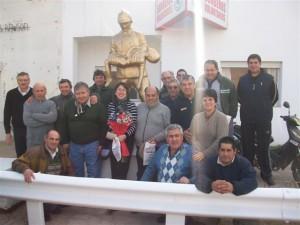Bomberos Voluntarios de Rawson junto a miembros de Comisión Directiva y representantes del Círculo de Bomberos Retirados.