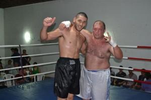 """Daniel """"El Dogo"""" Barroso, de pantalón negro, ganador del combate, junto a su rival Sergio Ferreiró."""