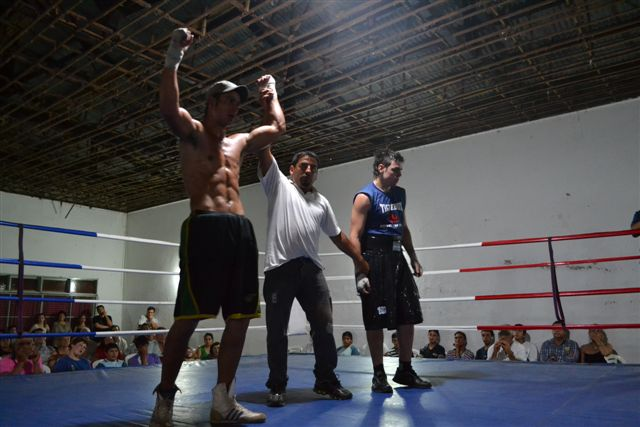 Luis Cardozo (78k) de Chacabuco en fallo unánime le ganó a Nicolás Bermejo (89.500k) de Tigre .
