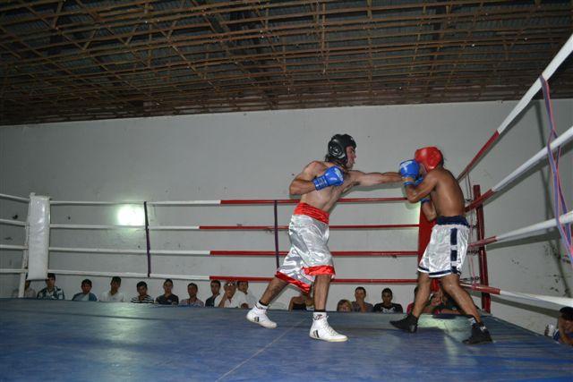 Jonathan Garraza (66k) de Chacabuco, pañalón blanco con vivos rojos, derrotó en fallo unánime a Agustín Conde (65k) de Chivilcoy.