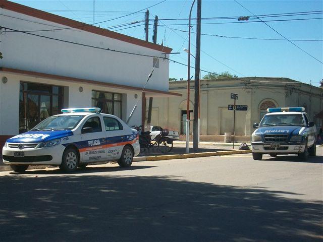 Móviles policiales en Avenida Vieytes, esquina Avenida Guillermo Rawson.