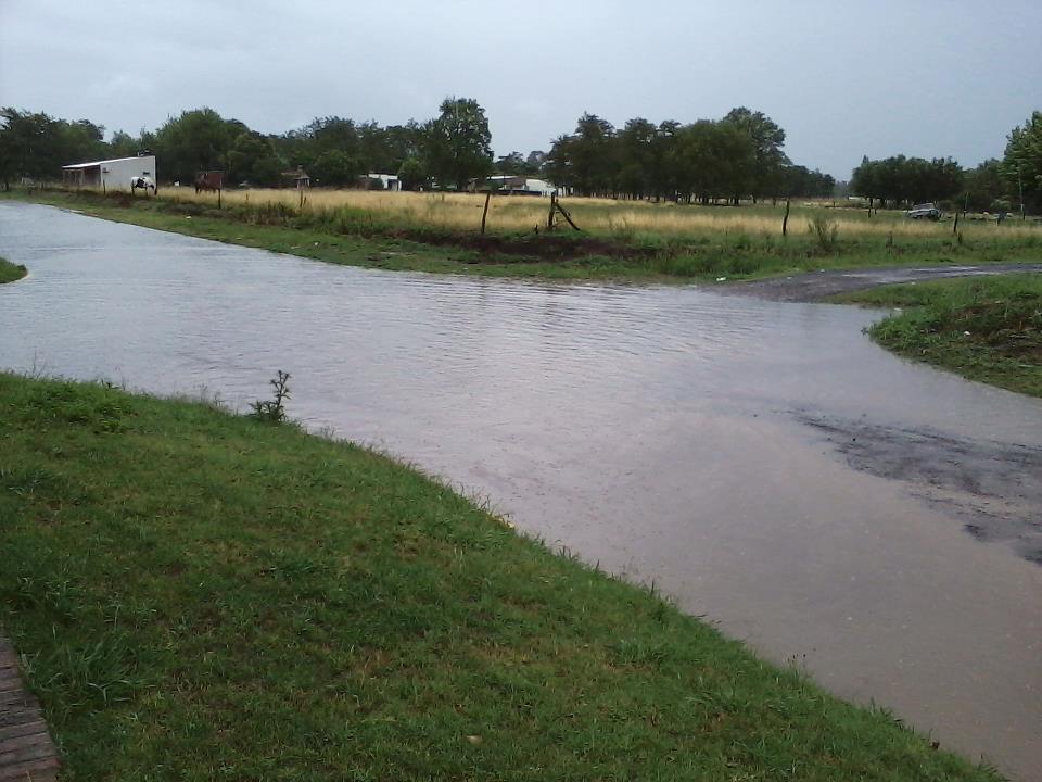 El agua sobre avenida de circunvalación Mitre y avenida Chacabuco.