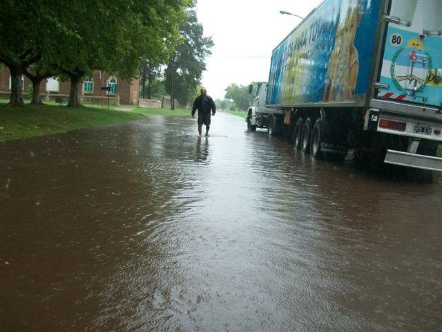 Calle Sangiani, frente a la Delegación Municipal de Rawson entre avenidas Chacabuco y  Perón con varios centímetros de agua.