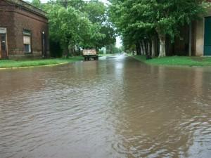 El agua sobre calle Rivadavia y Sangiani.