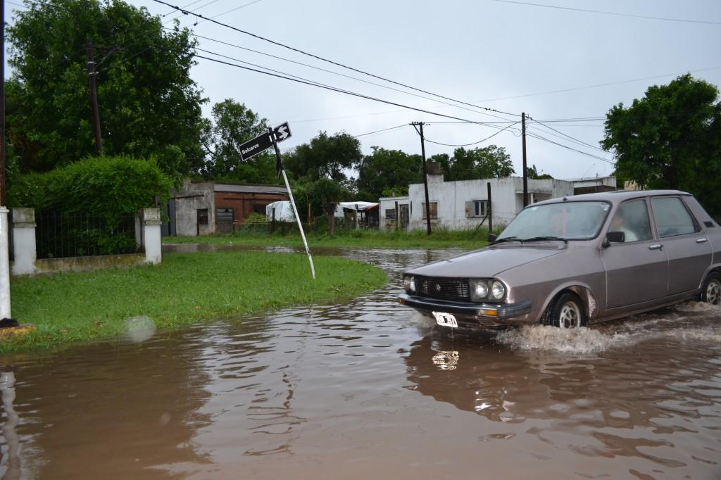 Calle Balcarce, anegada por el agua.