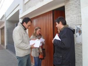 Cámera y Giannini con dialogando con vecinos.
