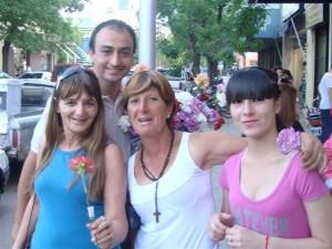 El candidato a concejal Mariano Cámera entregando una flor a las madres en su día.
