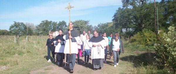Los Frailes junto a los feligreses caminando a la Cruz Misionera.