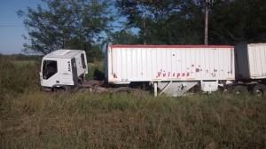 El camión sobre el préstamo de la ruta.