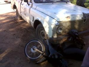 Imagen del accidente que tuviera un vehículo municipal con una moto.