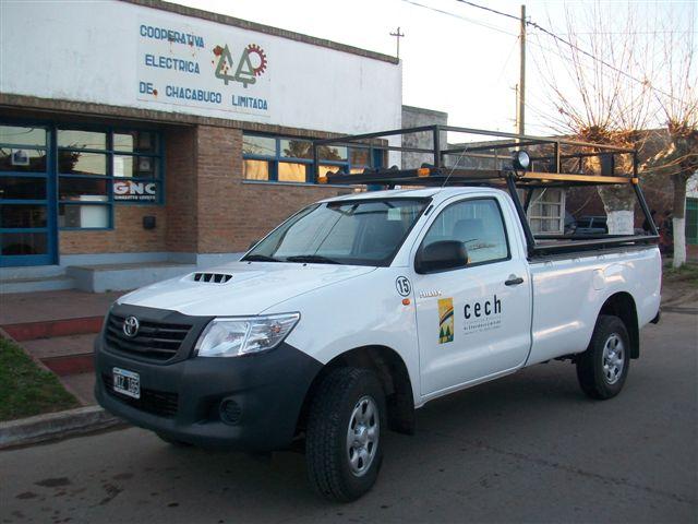 2.8.13- En la tarde de hoy, llegó a la Cooperativa Eléctrica de Chacabuco Limitada, Filial Rawson, una camioneta Toyota Hilux, 4x4, 2.5 TDI, 0 kilómetro. La misma será utilizada por empleados del sector de Distribución.