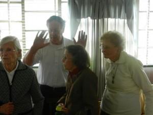 El Padre Campion bendijo la mesa acompañado por las hermanas  Rosa, Evelina y Bebe Fagan.