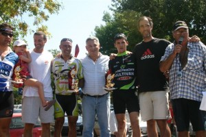 Martín Ruso , ganador en rural bike recibe el premio en manos de Barrientos y en 2do. lugar llegó Gastón Blaiotta, 3º Carlos Dunddic de Salto, 4º Gastón Di Palma y 5º Juan Farisano, todos de Chacabuco.