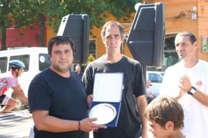 Hijo de Quique Cieri recibe una plaqueta para recordar al fallecido periodista.