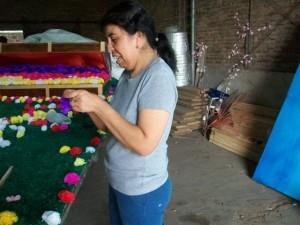María del Carmen Linconao trabajando en la carroza que representará a la Escuela de Fútbol del Club San Lorenzo de Rawson.
