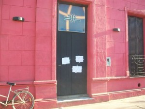 En la imagen aprecian los carteles pegados en la puerta de acceso al pub.