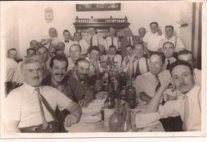 Cena de socios y simpatizantes del Club Sarmiento. Año 1950, aproximadamente.