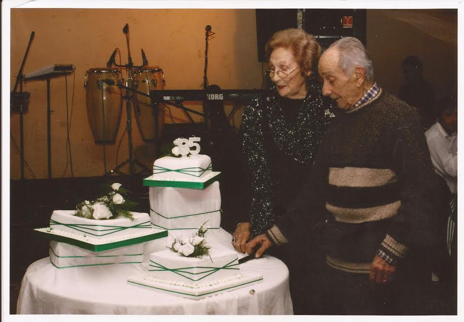 Irma Salvo y Próspero Ferraro en el corte de la torta del  85º Aniversario.