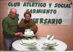 Bernardino Orúe y Mabie Aldinio en el corte de la torta del 83º Aniversario.
