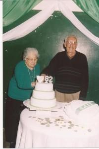 Telba Landón y Alberto Gardella en el corte de la torta del 82 Aniversario.
