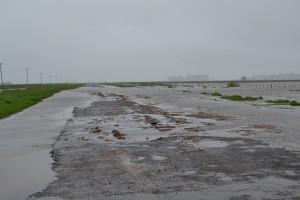 Uno de los cortes producidos por el agua en el acceso a Castilla, distante a dos mil metros del casco urbano.