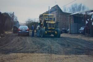 Reparación de caminos de acceso y calles principales.