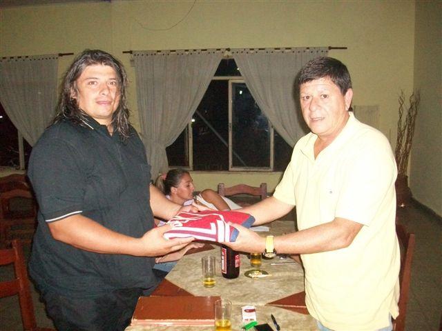 7.4.11- Carlos Centeno al hacerse cargo de la Institución el pasado viernes y recibe del presidente saliente Jorge Guzmán la documentación del Club.
