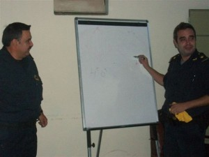El Teniente 1º Perito en Explosivos Omar Cirilo Patti de la Delegación Explosivos que corresponde a la Dirección Explosivos La Plata y Emilio Gómez, de la Policía Ecológica durante charla realizada en Rawson.