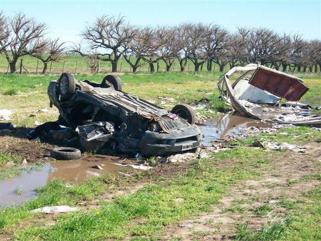 El Fiat Línea volcado sobre el préstamo de la ruta. A su lado restos de un acoplado de un accidente ocurrido hace un tiempo atrás.