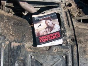 """Del Fiat Línea cayó un libro, titulado """"Sobrevivir para contarlo""""."""