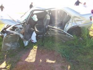 El Peugeot 306 destrozado sobre la banquina contraria.