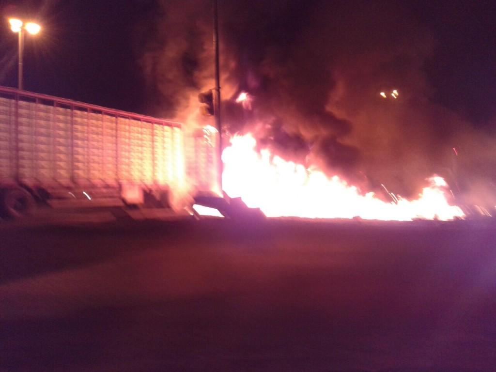 7/7/15- Fue entre dos camiones, uno de los acoplados de los transportes se incendió y los tres ocupantes de los mismos resultaron con heridas leves. El siniestro sucedió ayer, pasadas las 21 horas, en San Andrés de Giles.