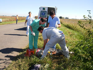 Los heridos son retirados del lugar por personal del Hospital de Chivilcoy.