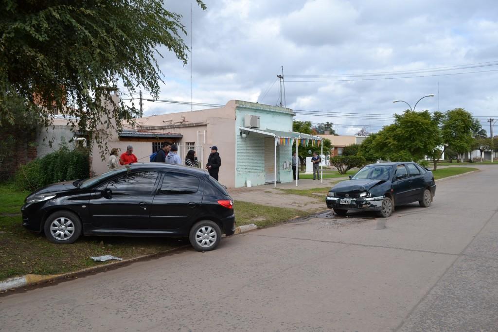 """9/5/16- Siendo las 13.30 horas, se produjo una colisión en avenida Guillermo Rawson, entre Rivadavia y 9 de Julio, entre un Peugeot 207, dominio ISO 590, conducido por Herminio Norberto Longo, de 69 años de edad, domiciliado en calle O´Higgins de Rawson y un Volkswagen Polo, chapa patente, CHS 678, guiado por Héctor Raúl Villarreal, de 43 años, y lo acompañaba su esposa, Patricia Nora Roldán, de 42 años de edad, ambos con domicilio en Chivilcoy. A raíz del impacto, no hubo que lamentar heridos, y todo indicaría que el Peugeot, giró en """"U"""" y fue embestido por el Polo que lo hacía en sentido contrario."""