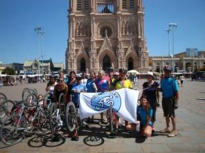 Los ciclistas de Rawson tras su llegada a Luján. De fondo la Basílica.