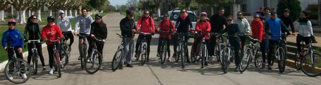 Los participantes locales del cicloturismo.
